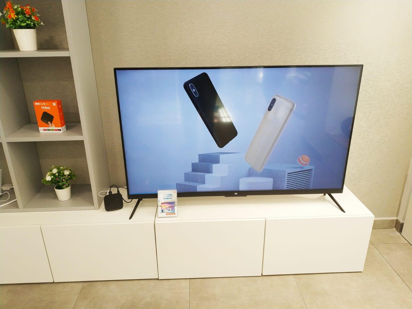 Xiaomi España Xiaomi en España y toda Europa es una de las marcas de la última década con más repercusión. Con su llegada al terreno tecnológico hace solo unos pocos años (fue fundada en el 2010) desde China, la compañía ha conseguido revolucionar el mercado de gadtes de todo tipo. Centrándose en un primer momento por smartphones y accesorios de calidad, poco a poco hemos visto como la gran marca asiática Xiaomi ha expandido su producción a todo tipo de productos: smartphones, tablets, TVbox, cámaras de acción, cámaras réflex, auriculares, equipos de sonido, portátiles, TVs, wareables, accesorios de todo tipo,…. y hasta ropa, calzado, bombillas, básculas y aspiradores, entre muchos otros. Xiaomi en España y en todo el Mundo Xiaomi esta presente ahora, por medio de e-comerces y tiendas autorizadas, en buena parte de America y en toda Europa, incluida España. Si observamos su crecimiento exponencial, en España se ha colado entre las marcas más vendidas. ¿Porqué? Su éxito radica en una filosofía diferente al resto de marcas: apostar por crear productos con una relación calidad-precio de derribo, abaratando los beneficios y acercando la mejor experiencia de uso a sus compradores por un precio un inferior al de la competencia. Comprar móviles Xiaomi en Españacon garantía Una gran parte de éxito de xiaomi se basa en la venta de móviles. En España puedes hacerte con sus smartphones en tiendas que importan sus productos, como la nuestra. Tenemos para ti los mejore modelos del momento como el Xiaomi Redmi Note 4, el Xiaomi Mi 5S, o el flamante Xiaomi Mi Mix. Todos ellos con garantía a 2 años. Comprar tablets Xiaomi en Españaal mejor precio En el apartado de tablets de Xiaomi en España, la marca lo ha sabido hacer muy bien y logro un éxito rotundo con su primer tablet: la Xiaomi Mi pad, un dispositivo de 9,7 pulgadas de pantalla ideal para disfrutar de todo lo que nos gusta tanto en casa como cuando viajemos. Ahora la marca nos presenta su segunda generación, la Xiami Mi Pad 