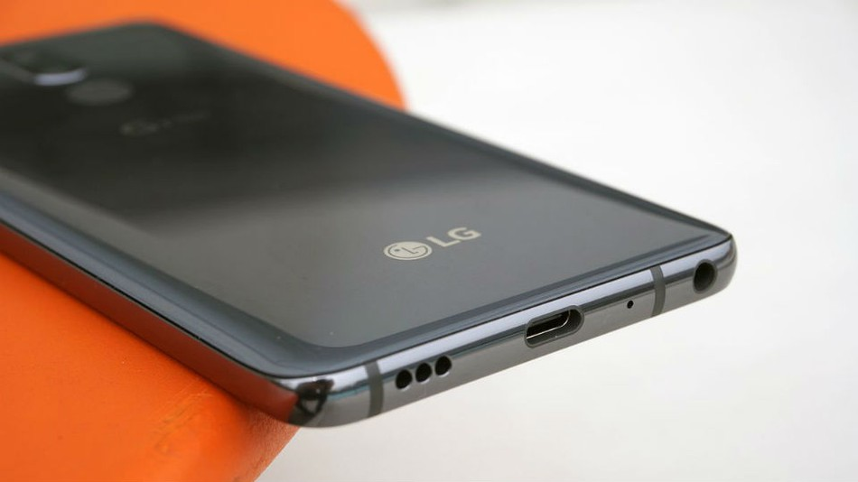 Esta semana nos llegaron las primeras imágenes del LG V40. El nuevo gama alta de la marca coreana llegará al mercado este otoño, y promete ser uno de los teléfonos más comentados. En gran parte será por la presencia de una triple cámara trasera, siguiendo de esta forma los pasos del Huawei P20 Pro. Un teléfono con el que la firma espera remontar sus malas ventas.