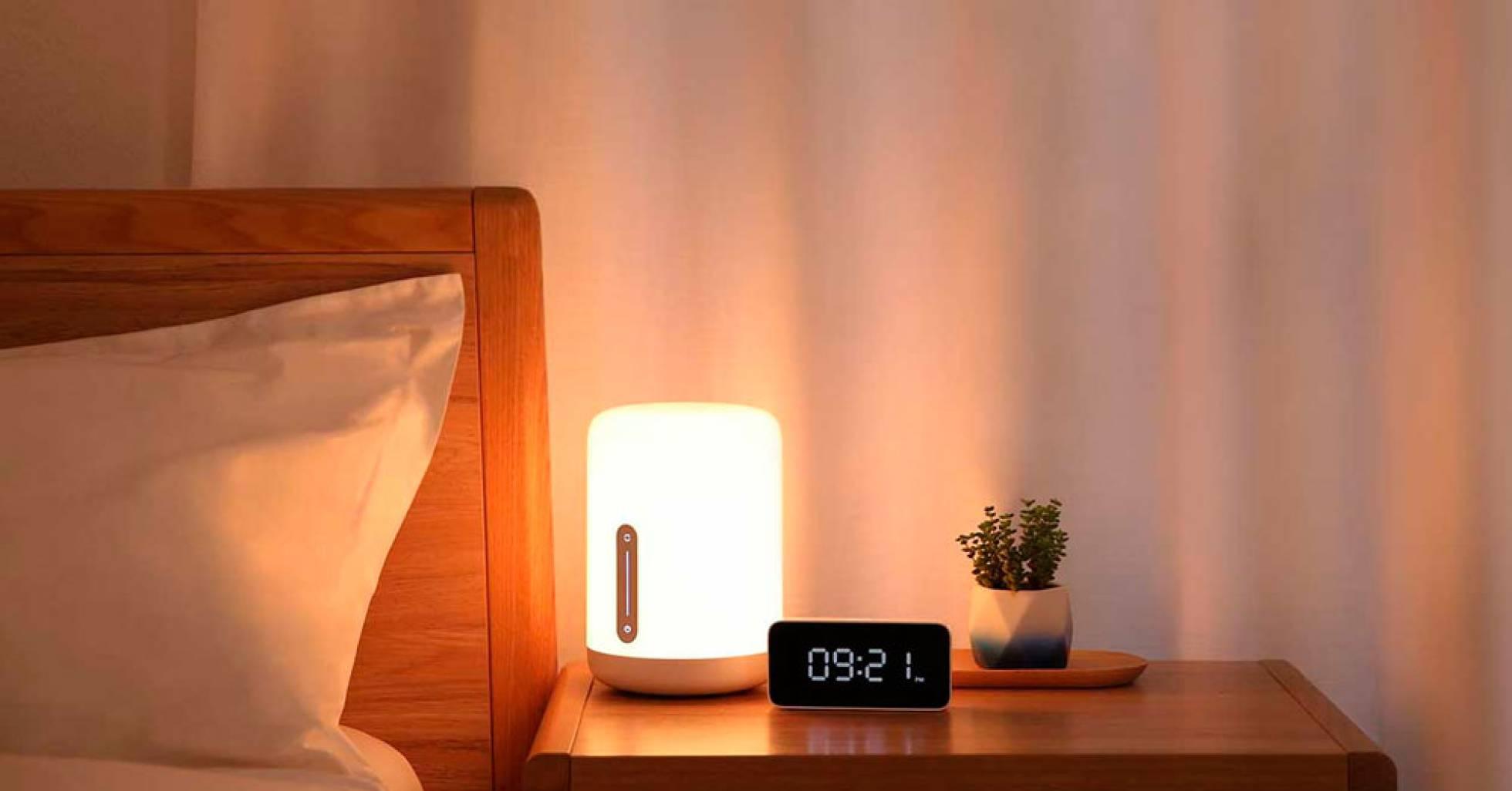 Nuevas bombillas Yeelight Mesh Estas nuevas bombillas diseñadas por Xiaomi son ideales para ser utilizadas desde el Smartphone o bien desde el altavoz inteligente con el que cuenta la firma china, y que integra el asistente de voz de Xiaomi, que como podéis imaginar todavía no habla español. En cualquier caso han lanzado cuatro nuevas bombillas, dos de ellas tipo LED. Todas son inteligentes y se pueden controlar desde el móvil o uno de estos altavoces inteligentes. Los modelos que se han lanzado al mercado son los siguientes: Bombilla normal: 6 W, 500 lm, 79 RMB (10 euros), Bombilla tipo vela: 3,5 W, 250 lm, 49 RMB (6 euros), Halógena LED: 4 W, 300 lm, 49 RMB (6 euros), Mini placa LED: 5 W, 400 lm, 49 RMB (6 euros). Lámpara de mesilla La firma china también ha lanzado una nueva lámpara, que por su tamaño y características es ideal para tenerla en la mesilla de noche. Esta se puede ajustar entre los 2 y 400 lúmenes, y nos permite seleccionar el color de la luz que emite gracias a un LED WRGB, por lo que los colores que puede mostrar son casi infinitos. Además cuenta con conectividad WIFi N, así como Bluetooth 4.2. La potencia es de 9 vatios.