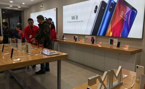 Xiaomi, el fabricante chino que crece como la espuma, se ha cansado de las exigencias de las grandes cadenas de tiendas en España que piden más márgenes por vender sus teléfonos. La multinacional china de telefonía atraviesa en España unos momentos complicados con las grandes cadenas de tiendas que se quejan del poco margen que dejan sus teléfonos. La venta de un teléfono de 200 euros de Xiami supone para Media Markt, Fnac, Worten, Phone House, Alcampo, Carrefour o El Corte Inglés un ingreso de menos de 20 euros, una cantidad de las cadenas consideran insuficiente para cubrir los costes operativos. Las crecientes exigencias de las grandes tiendas en España al fabricante chino han servido para que Xiaomi realizase importantes campañas de márketing en algunas cadenas. Esta inversión suponía una compensación a sus márgenes ajustadísimos. Pero la multinacional china ha decidido cambiar de estrategia. Ahora quiere depender menos de las cadenas de distribución españolas que, a la vista de los directivos chinos, no dejan de quejarse y exigir cada vez más, según han explicado a Economía Digital fuentes cercanas al fabricante.